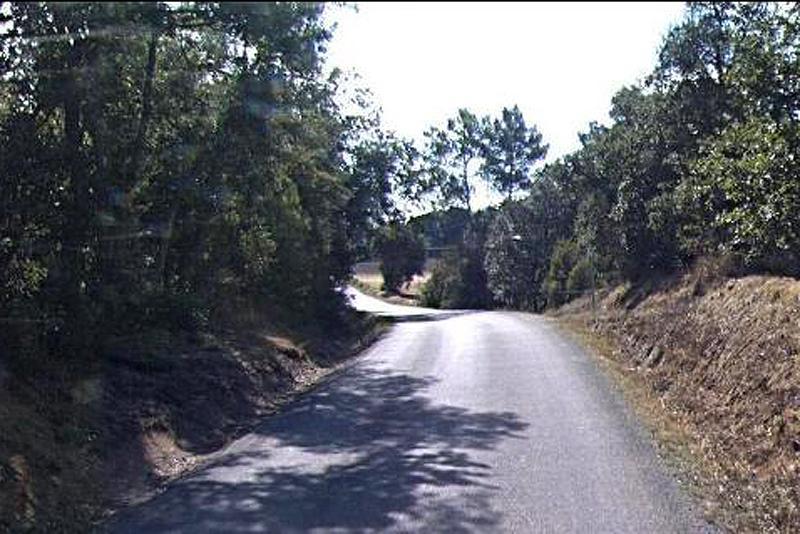 Foto : La primera fotografia mostra el resultat de com ha quedat la primera fase, i la segona, mostra la carretera que serà millorada.
