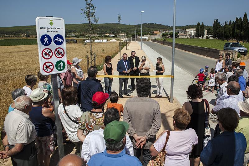 Foto 1 : <p>Inauguraci&oacute; del cam&iacute; de vianants i carril bici entre el nucli d&rsquo;Albons i la carretera C-31 per millorar la seguretat</p>