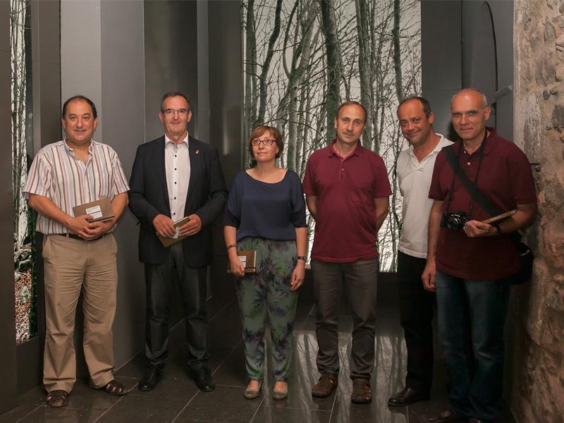 Foto 1 : <p>A la foto, d'esquerra a dreta: Pere Garriga, Miquel Calm, Gemma Font, Narc&iacute;s Vicens, Jordi Tura i Mart&iacute;n Gallego, divendres al vespre al Museu Etnol&ograve;gic del Montseny.</p>
