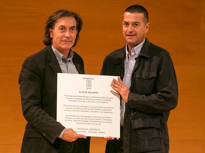 Foto : Claude Nougaro rep el Premi LiberPress Memorial, que li fa a mans David Céspedes, cap de redacció del Diari de Girona.