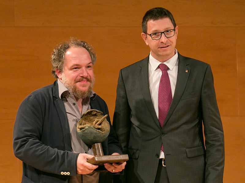 Foto : Mathias Énard rep el Premi LiberPress Literatura, que li fa a mans Carles Mundó, conseller de Justícia de la Generalitat de Catalunya.