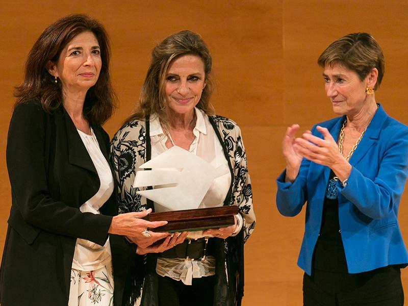 Foto : OlVIDAdos rep el Premi LiberPress Associació, que li fa a mans Victoria Ortega, presidenta del Consell General d¿Advocacia Espanyola.