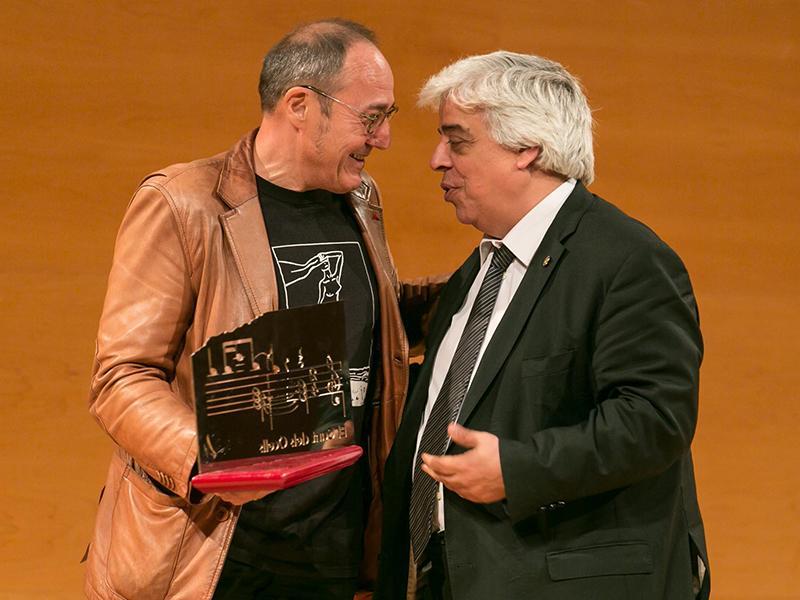 Foto : Barnasants rep el Premi LiberPress Cançó ex aequo, que li fa a mans Oriol Rusca, degà del Col·legi d¿Advocats de Barcelona.