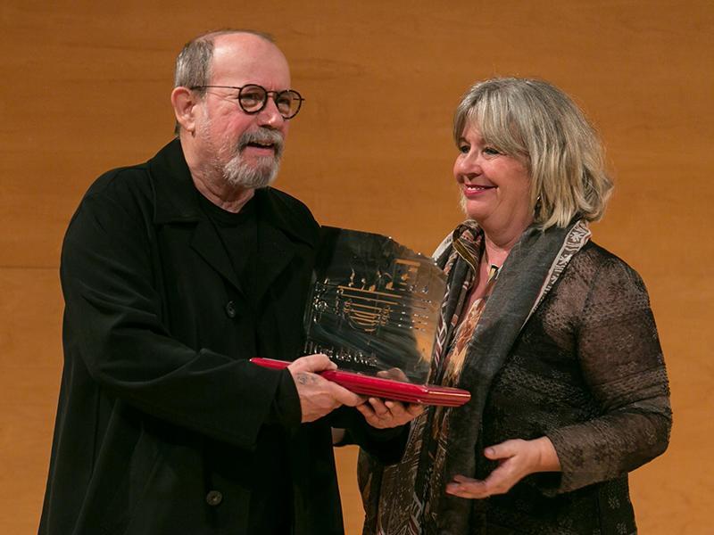 Foto : Silvio Rodríguez rep el Premi LiberPress Cançó ex aequo, que li fa a mans Joelle Stikness, vicepresidenta de la Fundació LiberPress.