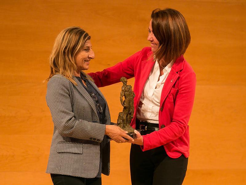 Foto : Giuseppina Nicolini rep el Premi LiberPress Catalunya, que li fa a mans Marta Madrenas, alcaldessa de Girona.