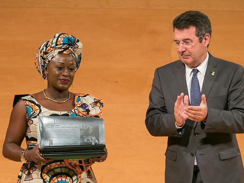 Foto : Caddy Adzuba rep el Premi LiberPress, que li fa a mans Pere Vila, president de la Diputació de Girona.