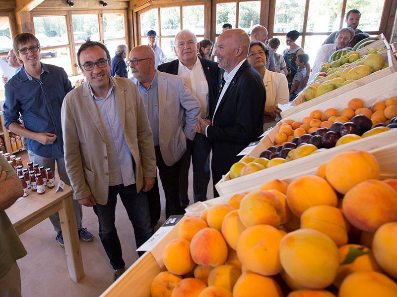 Foto 2 : <p>Ferm&iacute; Santamaria assisteix a la inauguraci&oacute; d&rsquo;El Rebost de Can Moragues</p>