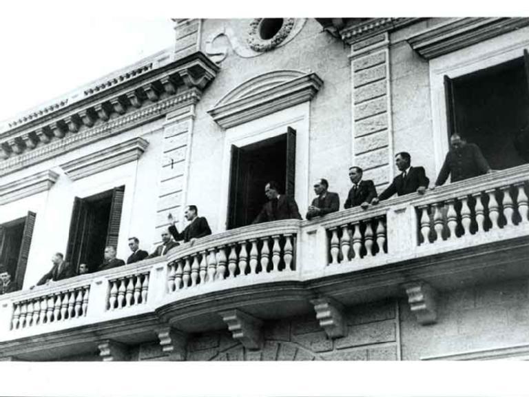 Foto : <p>Manifestació amb motiu de la victòria del Front d'Ordre o d'Esquerres. Autoritats al balcó dirigint-se als assistents, 18 de febrer de 1936, Banyoles.</p>