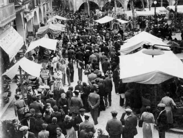 Foto 2 : Mercat a la plaça Major (publicada a «Notas Gráficas», La Vanguardia), 5 d¿abril de 1936, Banyoles.