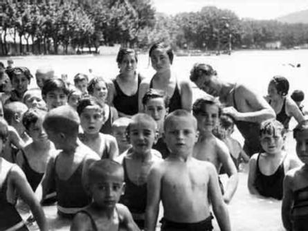 Foto : Nens refugiats de la Guerra Civil banyant-se a l¿estany (publicada a «Notas Gráficas», La Vanguardia), 25 de juny de 1937, Banyoles.