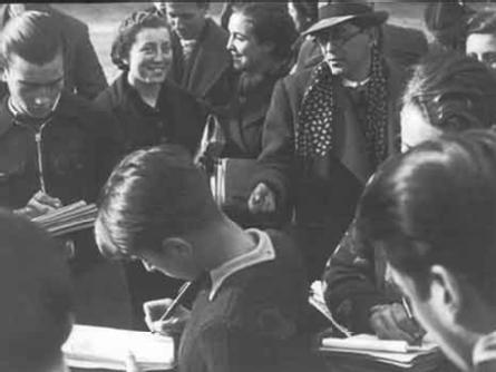 Foto :  Estudiants durant una classe a l¿aire lliure als jardins de la Devesa de Girona (publicada a «Notas Gráficas», La Vanguardia), 20 de gener de 1937, Girona.