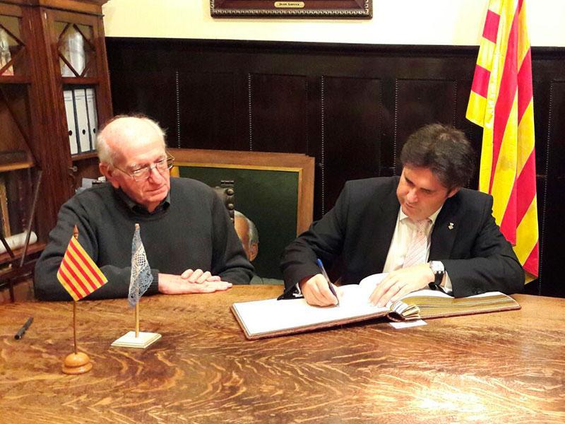 Foto : El President signant en el llibre d'honor; a la reunió de treball; i amb els president i expresident del Casal Català de Buenos Aires. Foto: Diputació de Girona.