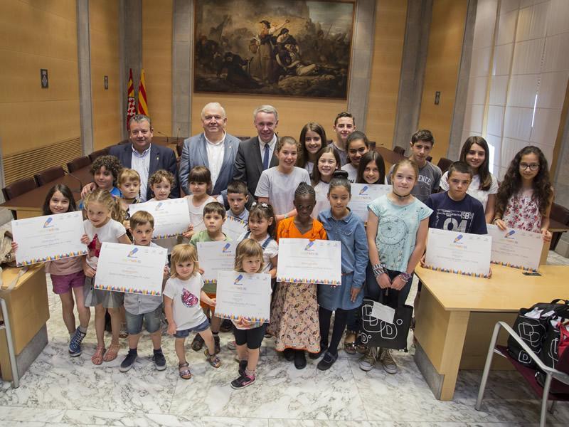 Foto 1 : <p>La Diputaci&oacute; premia els alumnes guanyadors del quart concurs de dibuix &laquo;Aix&ograve; pinta b&eacute;&raquo;</p>