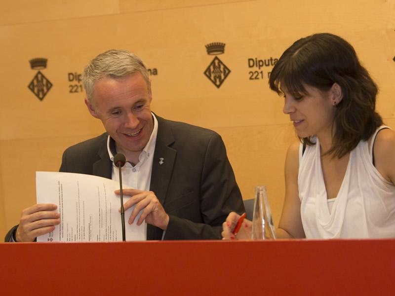 Foto 3 : El vicepresident A. Piñeira i la directora general de Joventut M. Vilalta durant l'acte de signatura del conveni. Fotògraf: Martí Artalejo