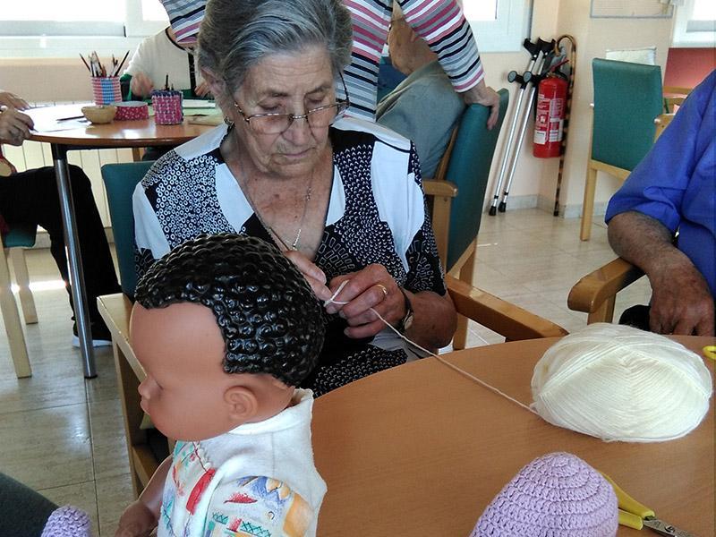 Foto 3 : <p>Entrega de pe&uuml;cs i casquets de ganxet a m&eacute;s d&rsquo;un centenar d&rsquo;infants prematurs, dins el projecte &laquo;<em>Gorrets</em> i pe&uuml;cs per a tothom&raquo;&nbsp;</p>