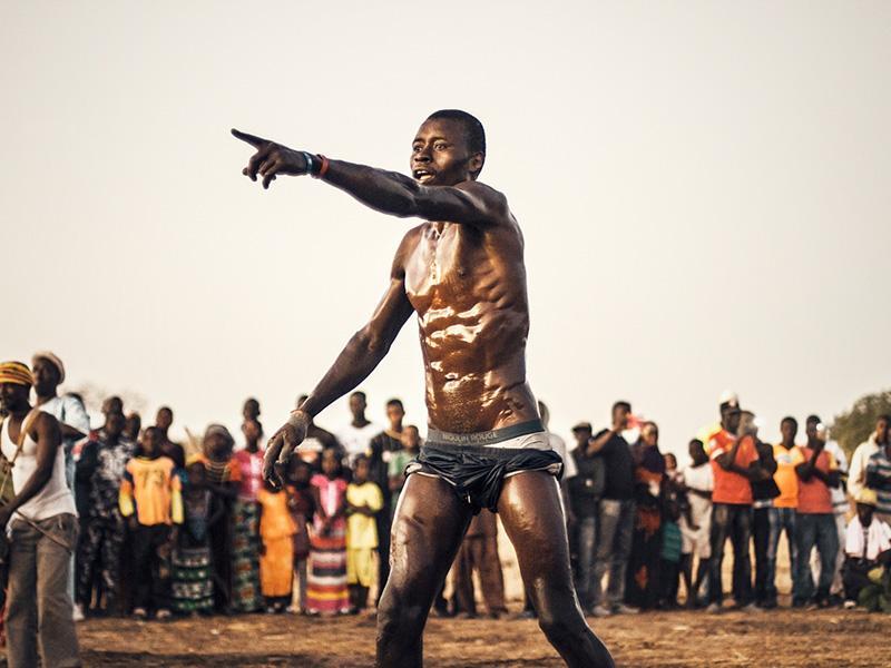 Foto 2 : Noi cridant l'atenció, en un dia de festa en què se celebra una lluita senegalesa (l'esport nacional).