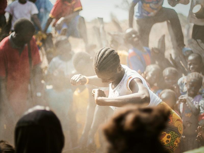 Foto 3 : Festa improvisada per celebrar l'arribada dels toubabs ('homes blancs').