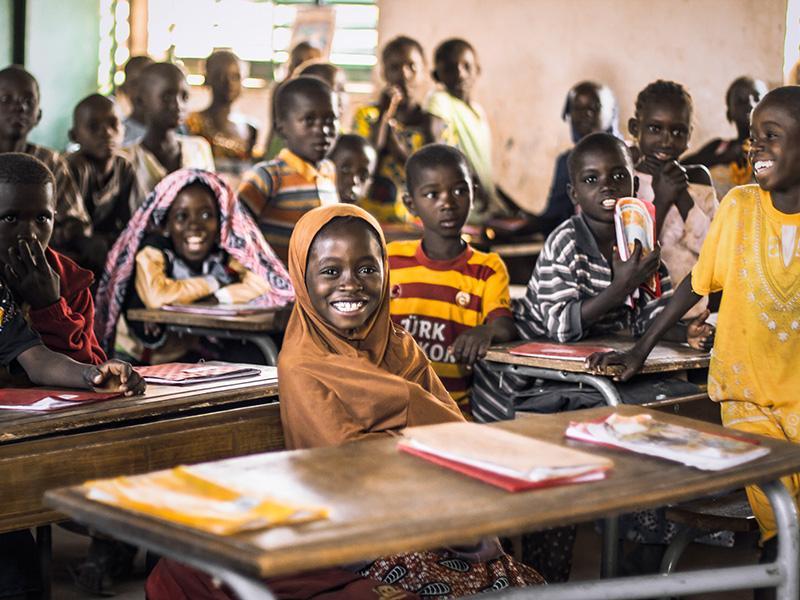 Foto 5: Grup d'estudiants acabats d'arribar a la seva classe de primària de l'escola del poblat.