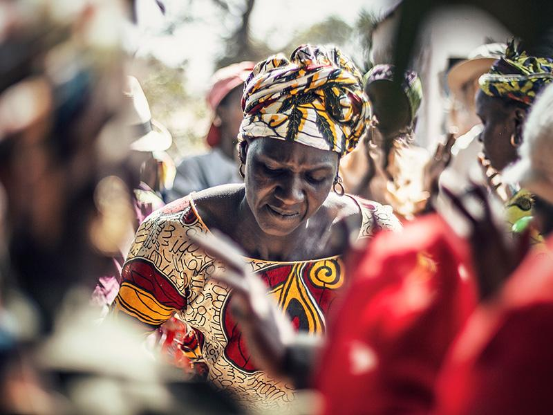 Foto 6: Dona al centre d'una rotllana, cantant i mostrant els seus dots de ball, en una festa improvisada després d'una reunió de dones.