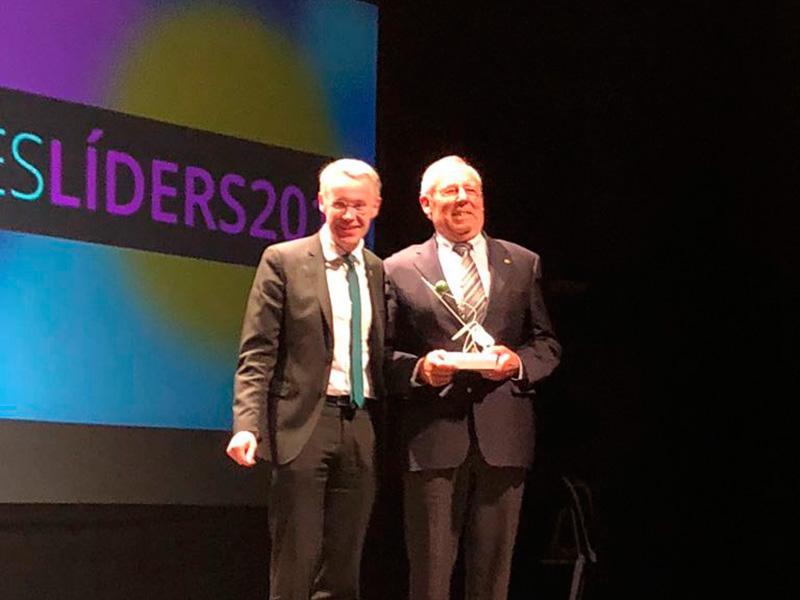 Foto : Josep Vaquer, director general d'Elèctrica Vaquer, rep el premi Trajectòria en mans d'Albert Piñeira, vicepresident de la Diputació. (Autoria: Corisa)