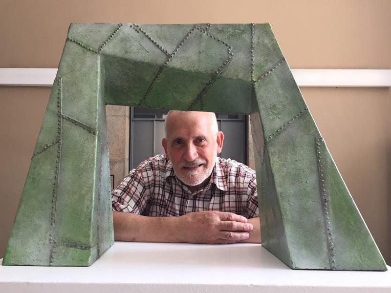 Foto 1 : Cinc escultures dedicades al món del teatre, de Manel Palahí, engalanen la Casa de Cultura durant el FITAG