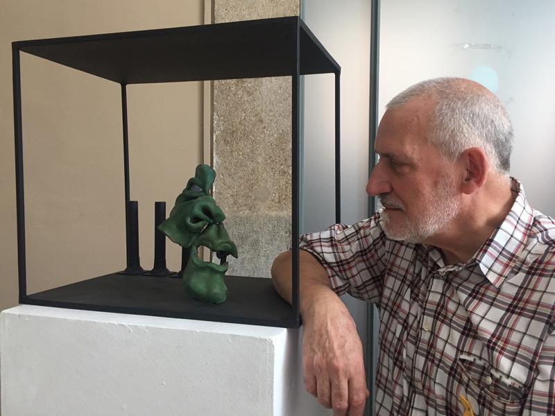 Foto 2 : Cinc escultures dedicades al món del teatre, de Manel Palahí, engalanen la Casa de Cultura durant el FITAG
