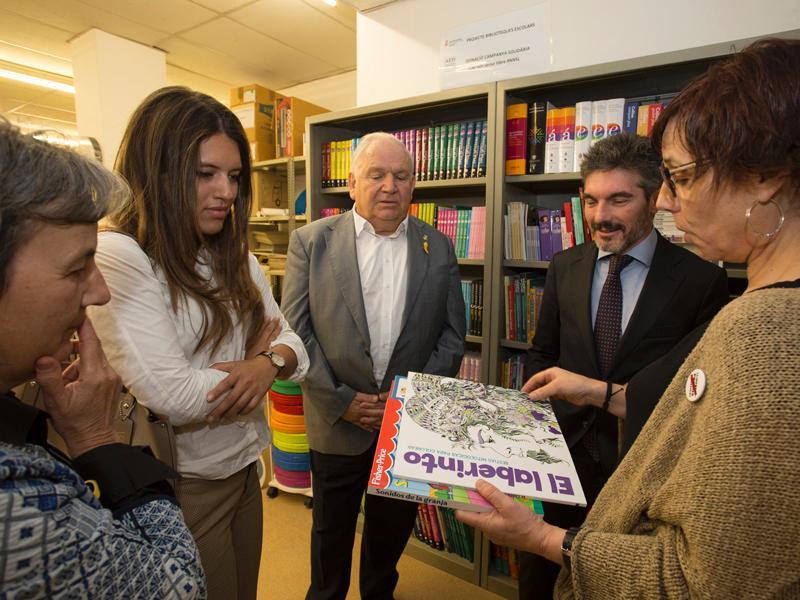 Foto 2 : L'AED dona 687 llibres al Servei de Biblioteques de la Diputació que es destinaran a 23 biblioteques escolars