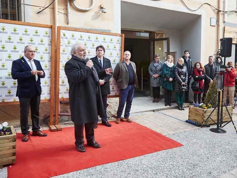 Foto 4: Fermí Santamaria assisteix a la inauguració de les obres de millora del carrer Major de Capmany