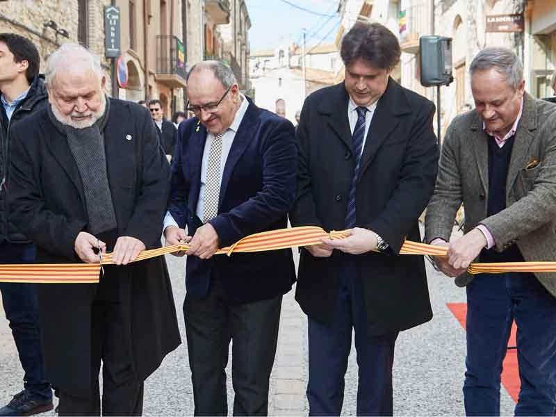 Foto 2 : Fermí Santamaria assisteix a la inauguració de les obres de millora del carrer Major de Capmany