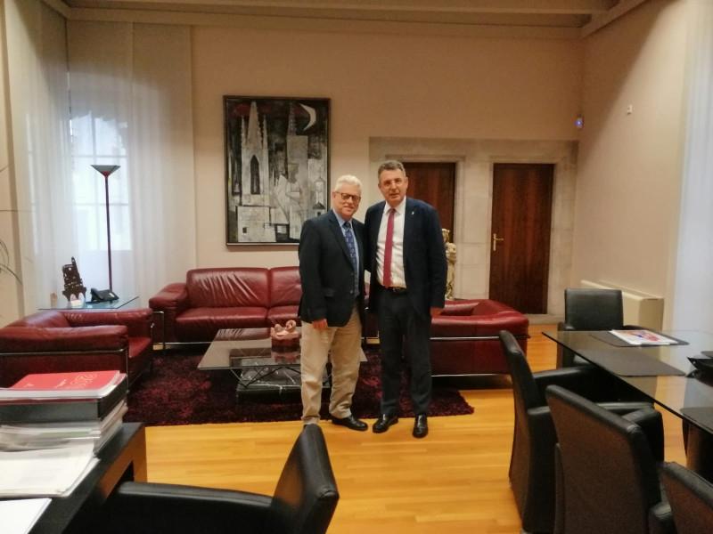 Foto 2 : Miquel Noguer es reuneix amb Rubén Peris, director de la volta ciclista a Catalunya