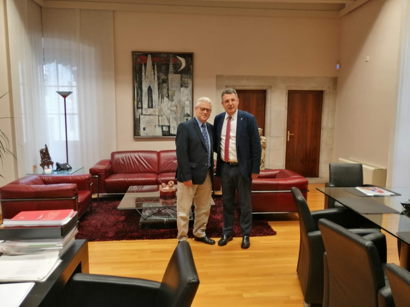 Foto 1 : Miquel Noguer es reuneix amb Rubén Peris, director de la volta ciclista a Catalunya