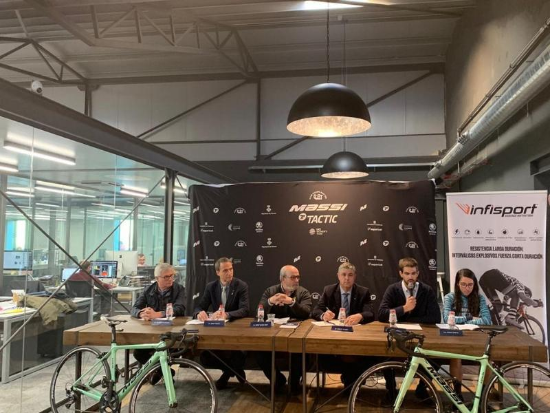 Foto 2 : Carles Salgas assisteix a la presentació de l'equip femení Massi-Tactic de ciclisme, que correrà a l'UCI Women's Team