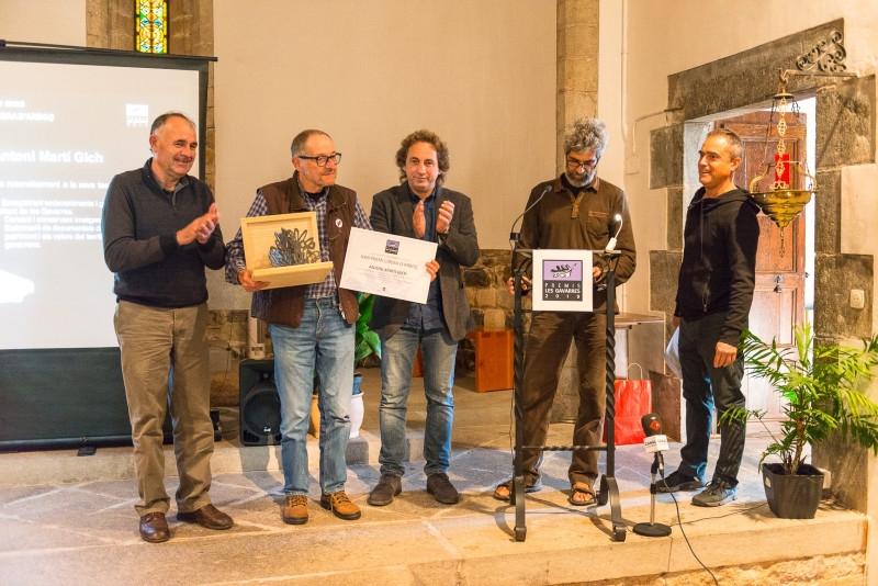 Foto 2 : <p>El documentalista i cineasta Antoni Mart&iacute; Gich rep el Premi Cirera d&rsquo;Arbo&ccedil; del Consorci de les Gavarres</p>