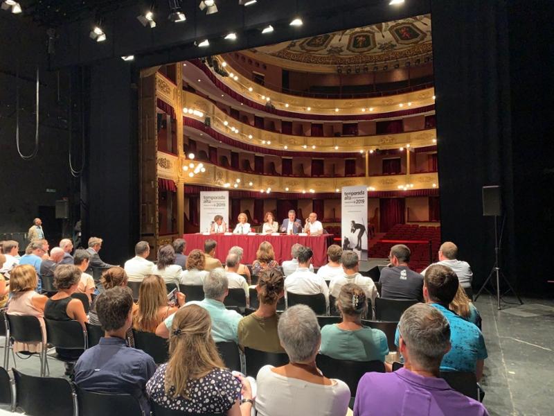Foto 3 : <p>Miquel Noguer assisteix a la presentació del Temporada Alta 2019</p>