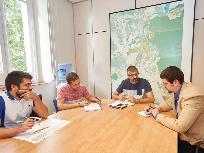 Foto 4: Pau Presas es reuneix amb membres del consistori de Salt<br>