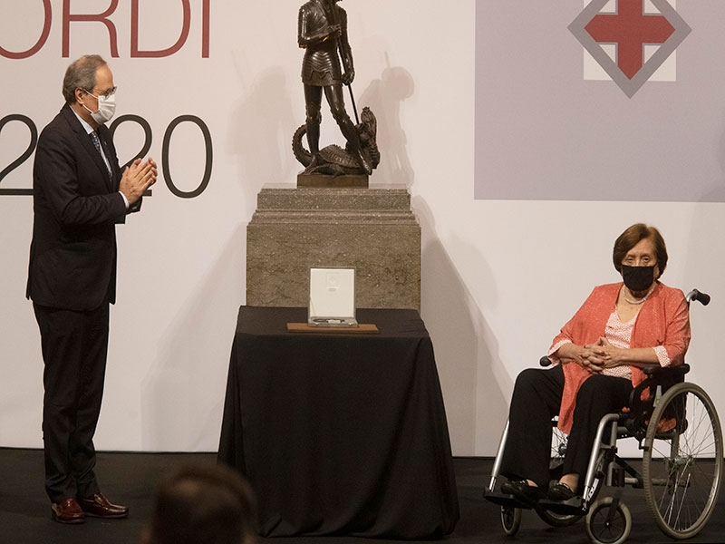 Foto : <p>Distingeixen Maria Àngels Alabert amb la Creu de Sant Jordi 2020</p>