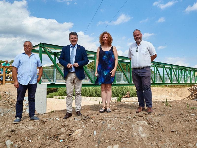 Foto : <p>Finalitzen les obres al nou pont de la riera d'Osor, plataforma de la via verda</p>