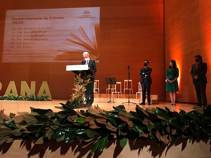 Foto : <p>Albert Piñeira intervé en els Premis Literaris de Girona, a l'Auditori</p>