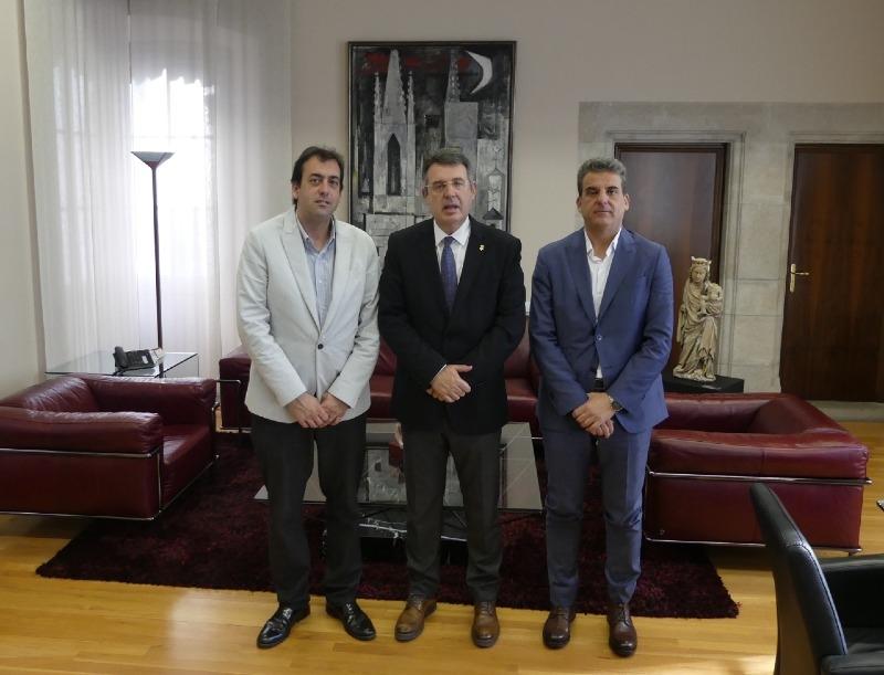 Foto : <p>Miquel Noguer rep el president i el secretari de la Cambra de Comer&ccedil; de Palam&oacute;s</p>