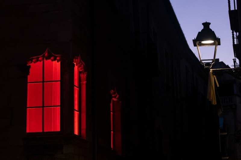Foto : <p>La façana de la Diputació s'il·lumina de color vermell pel Dia Mundial de Conscienciació de la Distròfia Muscular de Duchenne</p>