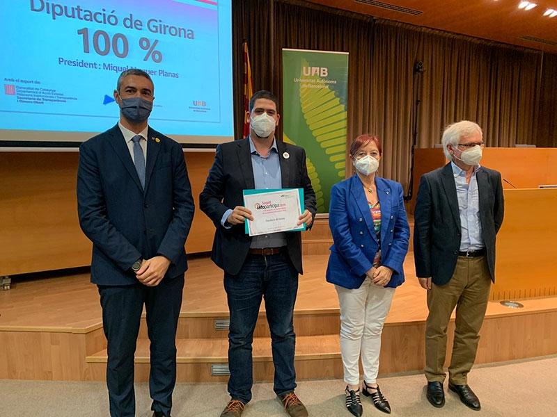 Foto : Pau Presas rep el guardó que distingeix la Diputació amb el cent per cent de transparència en el segell Infoparticipa