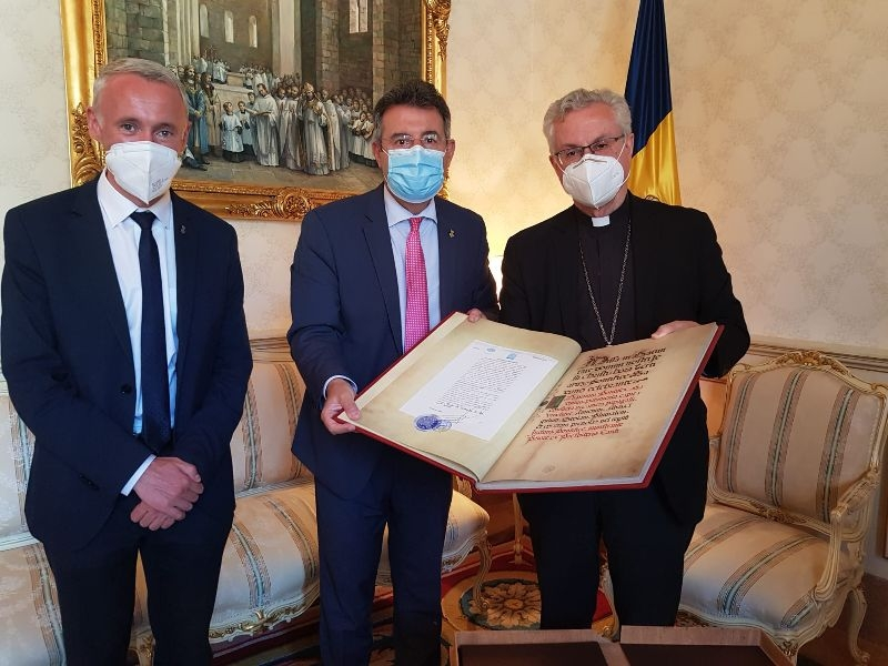 Foto : La Diputació de Girona lliura un Missale Pontificis in Nativitate Domini al Bisbat d'Urgell