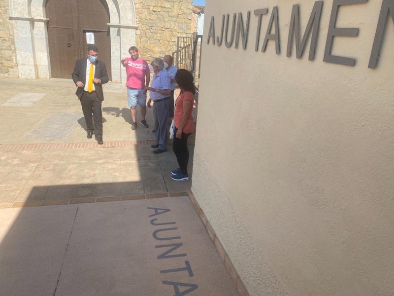 Foto : Miquel Noguer visita Albons i comprova les millores fetes a l'edifici de l'Ajuntament