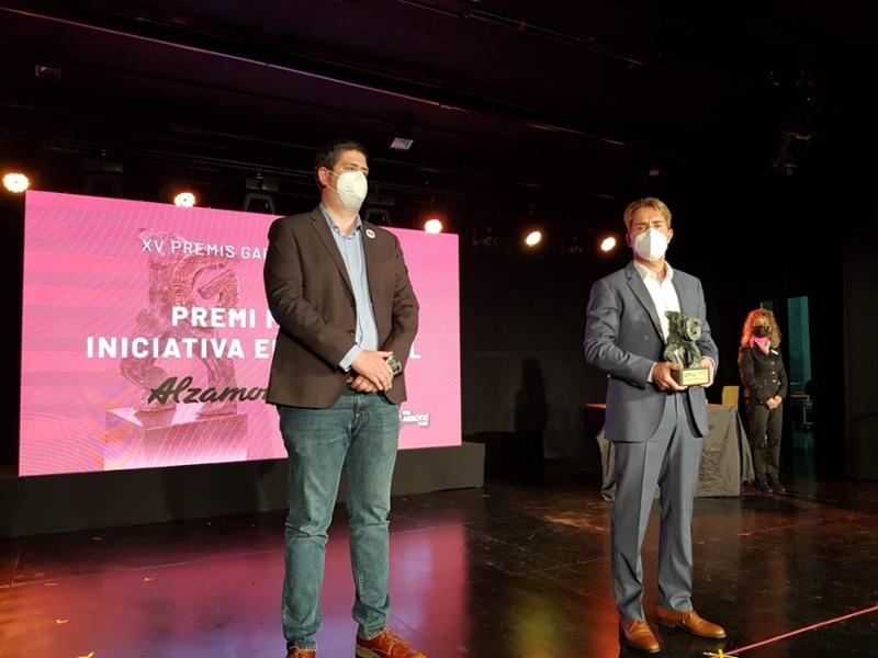 Foto : El vicepresident primer, Pau Presas, entrega un dels guardons dels XIV Premis Garrotxí de l'Any, a Olot
