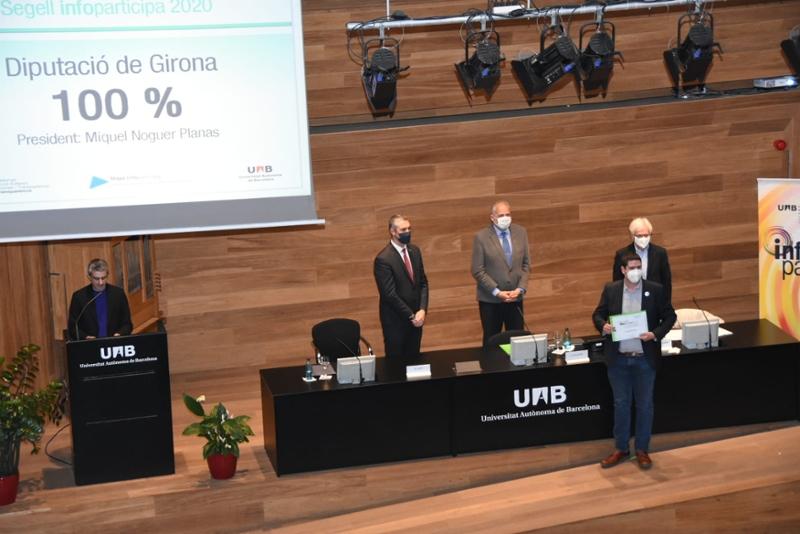 Foto : Pau Presas recull el certificat que torna a distingir la Diputació amb el cent per cent de transparència en el segell